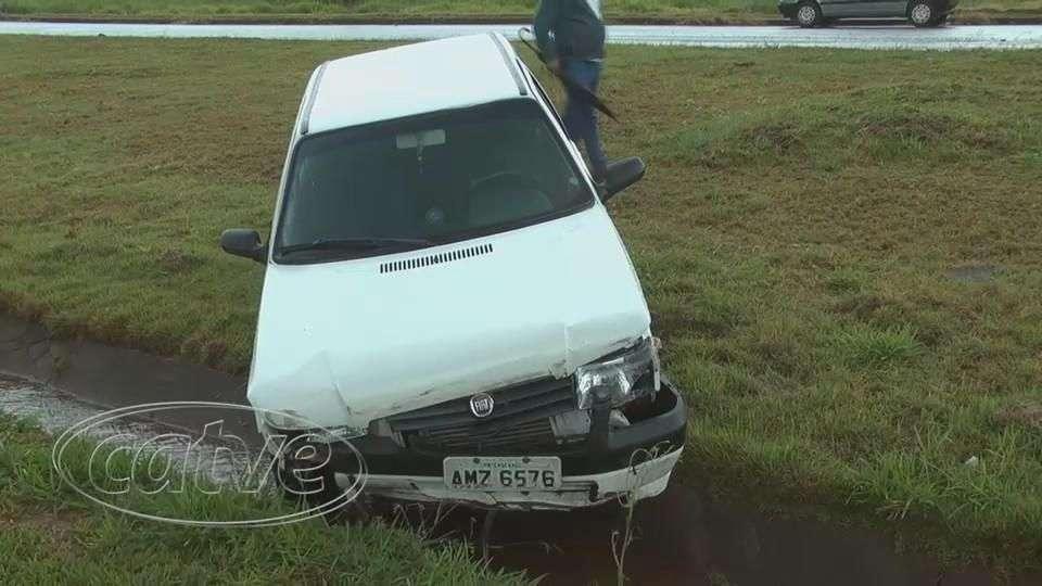 Motorista perde controle e bate em mureta de proteção na BR 467