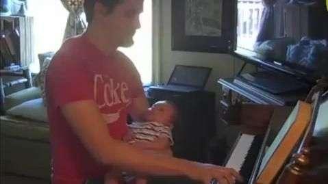 Papai toca piano para bebê nos EUA