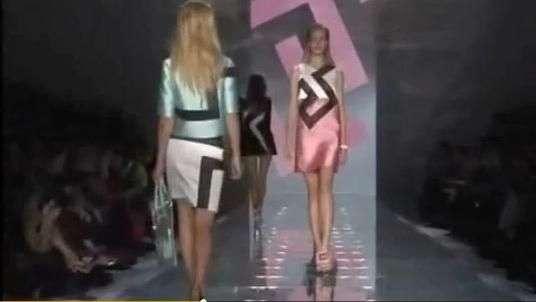 Versace apresenta coleção com brilhos e recortes geométricos