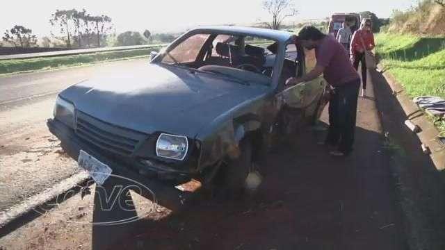 Motorista perde controle de veículo e capota na BR 467