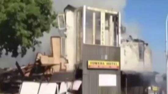 Gato escapa de prédio em chamas durante desabamento