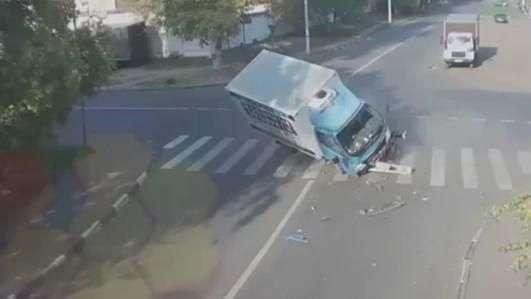 Ciclista escapa ileso de carro e caminhão após acidente