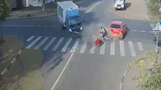 Ciclista salva de milagro e ileso de tremendo accidente