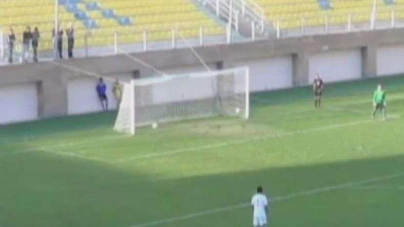 """Que """"pixotada""""! Goleiro fura de forma bizarra em gol contra"""
