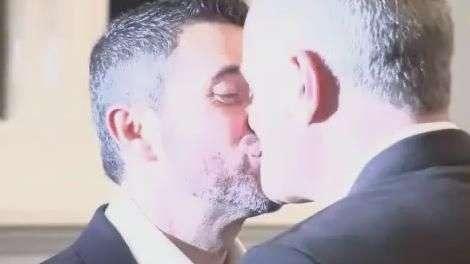 Gangue cobra R$ 38 mil por casamento gay falso no Reino Unido
