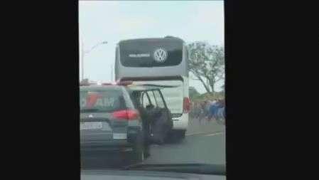 Ônibus do Atlético-MG chega com chuva de objetos ao Mineirão