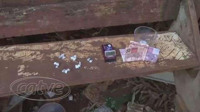 PM prende três pessoas com drogas, no bairro Claudete