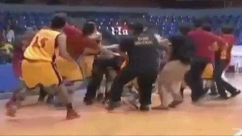 Jogo de basquete termina em ringue de luta nas Filipinas
