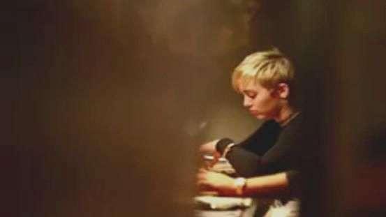 Miley Cyrus causa tumulto em porta de restaurante no Rio