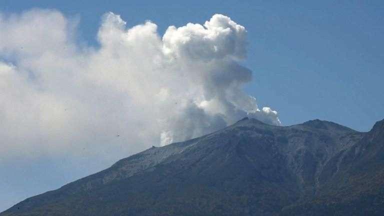 4 muertos por erupción de volcán en Japón
