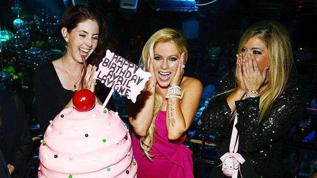Avril Lavigne's Missing Her Wedding Ring?