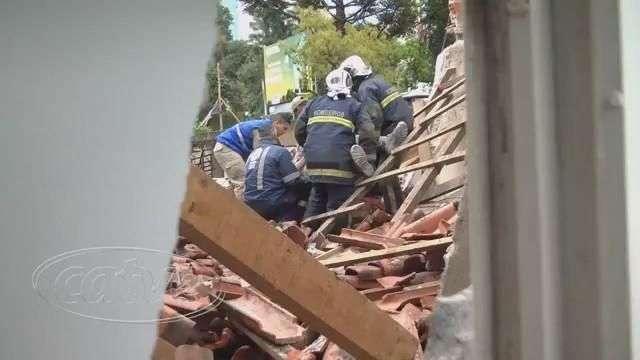 Teto desaba e deixa dois operários feridos em casa do Mossunguê