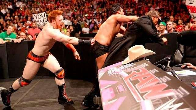 RAW: Sheamus enseña a Damien Sandow cómo recibe un doble