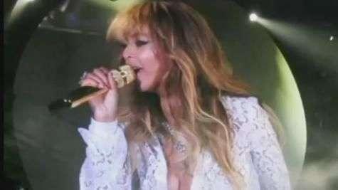 Blusa de Beyoncé abre durante show e mostra demais