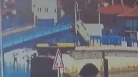 Motorista ignora avisos e passa por ponte elevada
