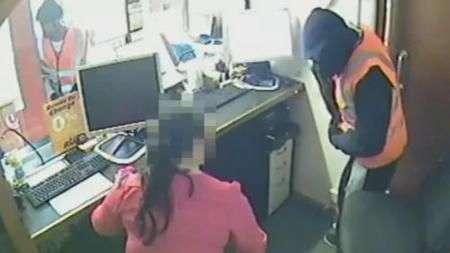 Ladrões forçam mulher a ajudar em assalto e amarram vítima