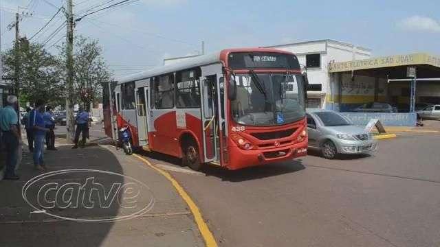 Ônibus prensa motocicleta em acidente na Avenida Maripá