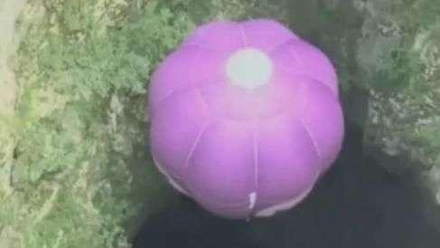 Austríaco mergulha de balão em caverna de 200m de ...