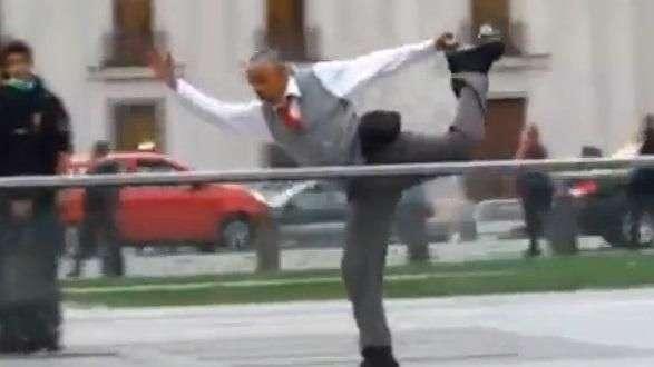 Insólito: hombre hace patinaje artístico en La Moneda