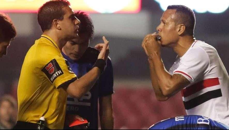 Interino evita polêmica por expulsão de Luís Fabiano