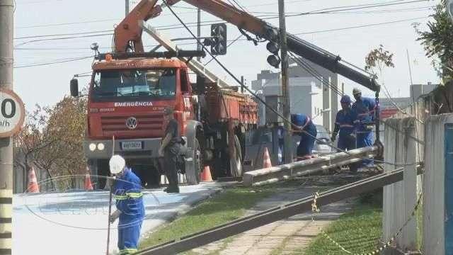 Caminhão derruba postes e causa transtornos em Curitiba