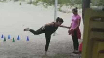 Vanessa Gerbelli faz treino funcional na praia da Barra