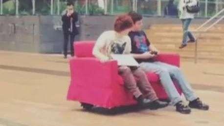 Estudantes criam 'sofá-robô' para passear por universidade