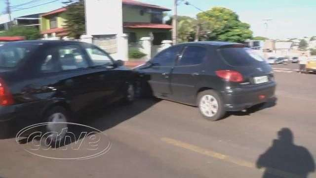 Carros batem em cruzamento no bairro Ciro Nardi, em Cascavel
