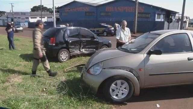 Veículos batem e Pálio capota na Avenida Rocha Pombo