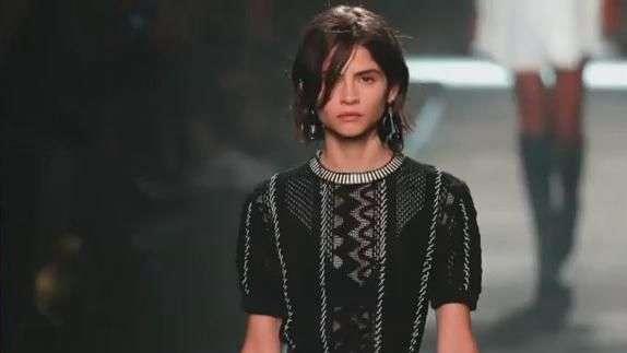La top española Alba Galocha se convierte en top Deluxe del desfile de Louis Vuitton en la París Fashion Week.