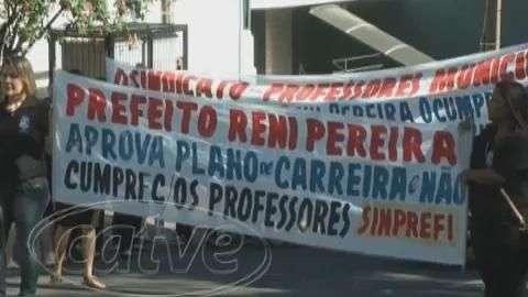 Professores municipais realizam protesto em frente a Prefeitura