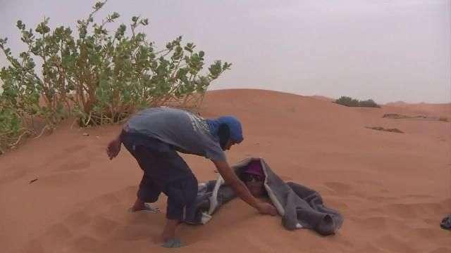 'Arenoterapia' en el desierto de Marruecos