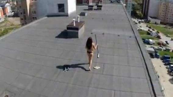 Drone sorprende a mujer tomando sol en topless