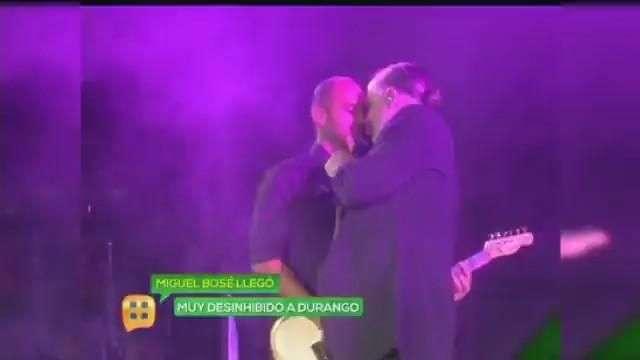 Miguel Bosé de beso y abrazo con uno de sus guitarristas