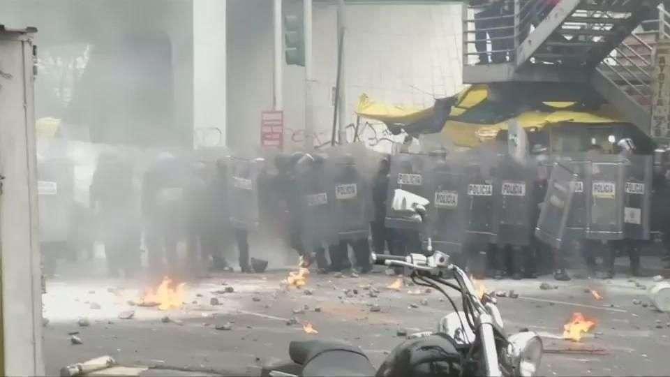 Manifestantes bloquean aeropuerto de la Ciudad de México