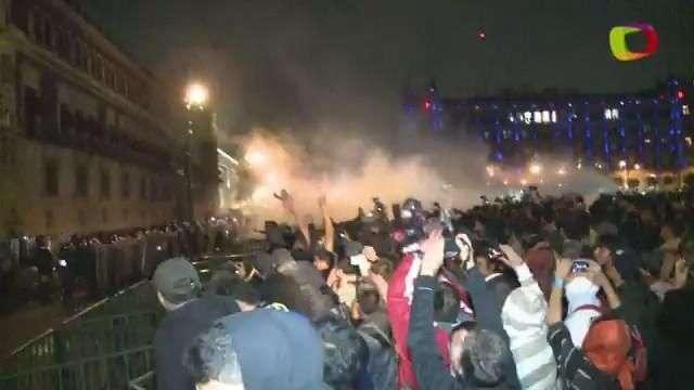 Enfrentamiento en el Zócalo tras marcha por normalistas
