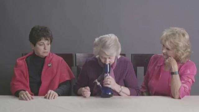 """Estas abuelitas se fueron en """"volada"""" probando marihuana"""