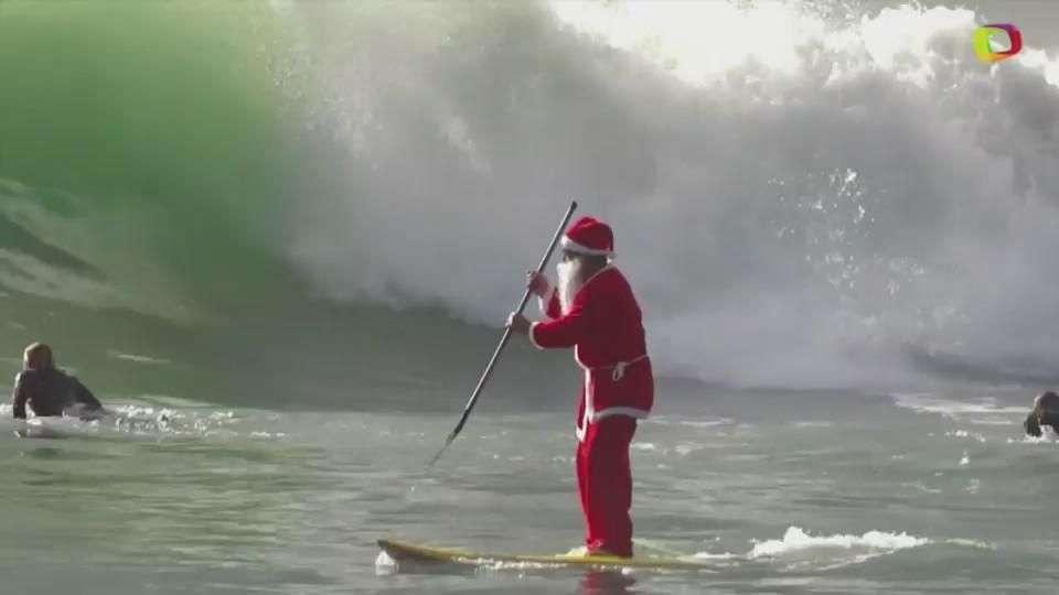 Santa Claus surfea en Italia