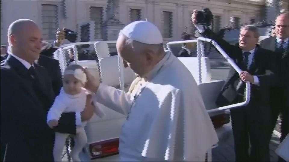 Papa Francisco rifará sus regalos para apoyar a los pobres