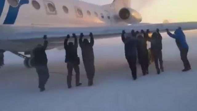 Insólito: Pasajeros rusos tienen que empujar su avión