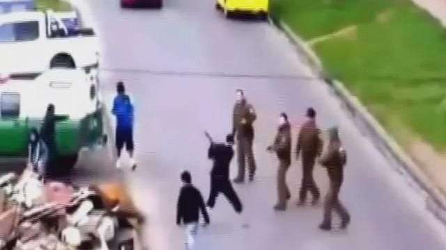 Descarado: Hombre ataca a Carabineros con un hacha