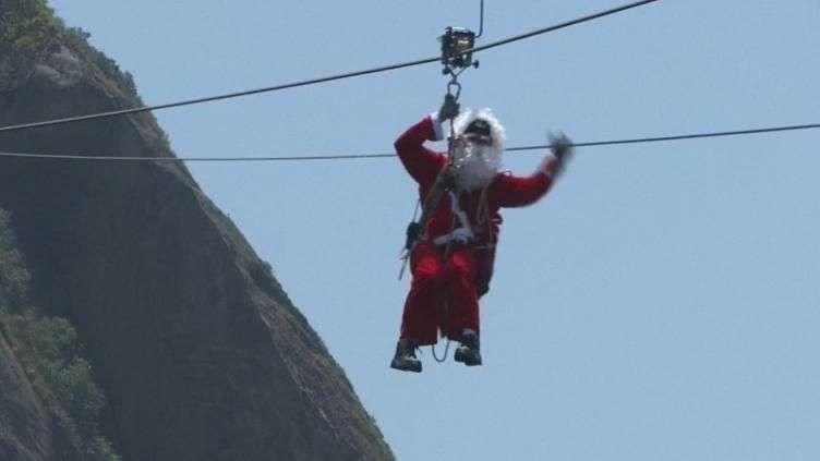 Santa Claus hace entrada extrema en Brasil
