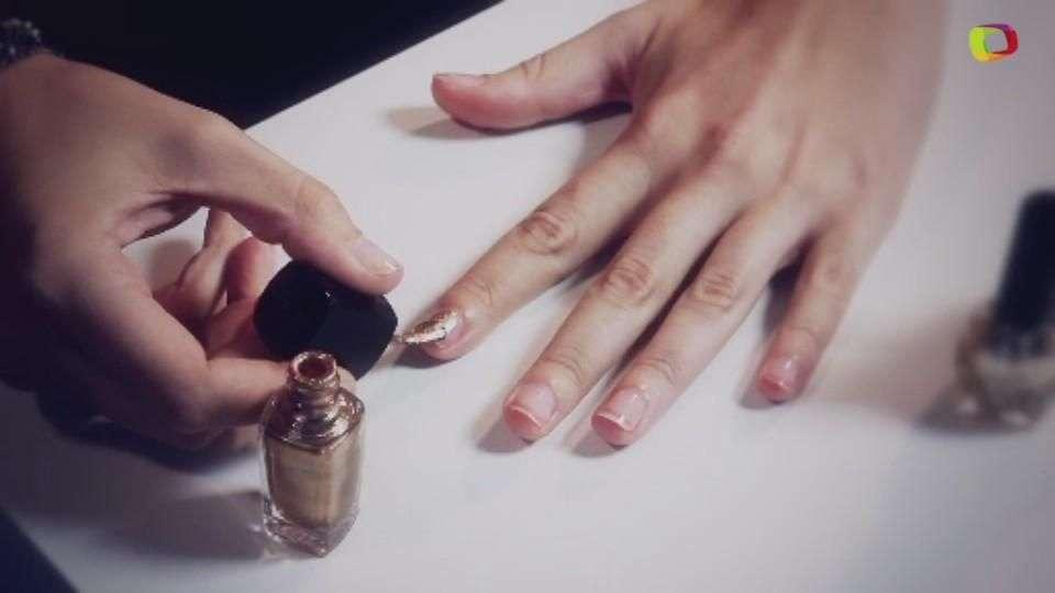 Uñas brillantes en oro con degradado glitter
