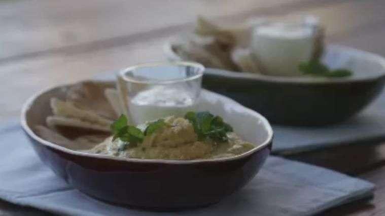 Receta: Dip de garbanzo con chips de pan árabe