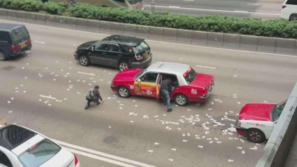 Millones de dólares caen de camión blindado en Hong Kong
