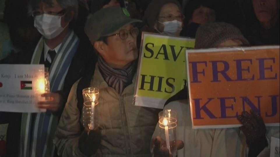 Hacen vigilia en Japón para pedir por rehenes del Estado...