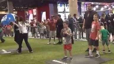Lanzan balones en la NFL Fan Experience