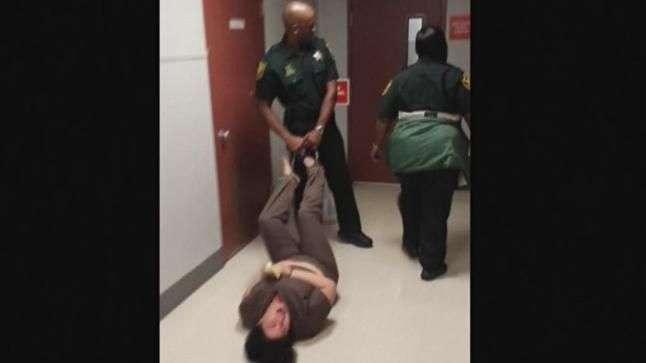 Policía arrastra de los pies a una mujer discapacitada ...