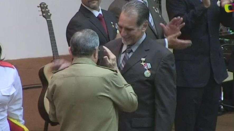 """Castro condecora a """"los cinco"""""""