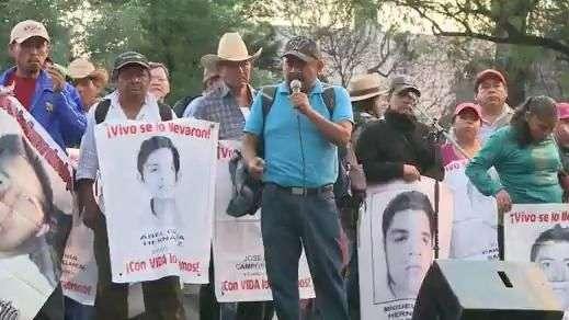 Padres de 43 normalistas marchan y exigen renuncia de Peña